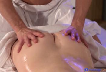 Массажист залил спермой вагину своей клиентки