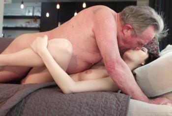 Секс молодой сучки со взрослым опытным любовником
