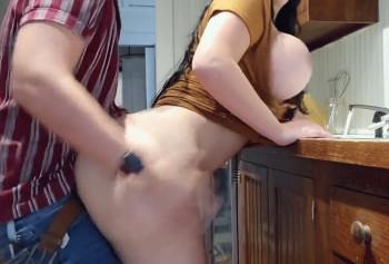 Мужик на кухне выебал зрелую бабу с огромной жопой