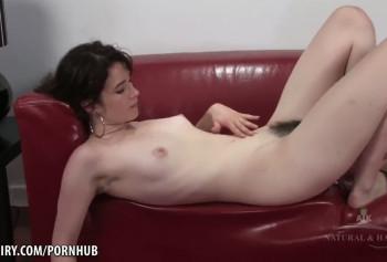 Показала свою волосатую вагину и анус на кастинге