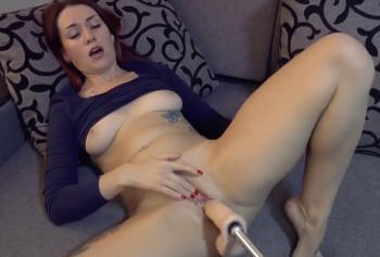 Сучка кончает от мастурбации секс-машиной
