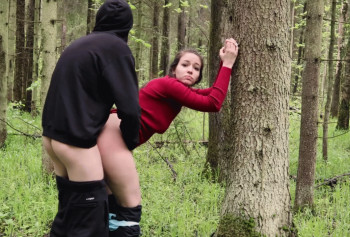Быстрый секс русской пары раком посреди леса