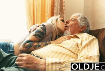 Блондинка приехала к пожилому клиенту по вызову