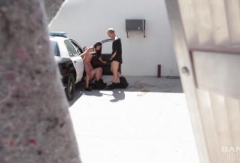 Полицейские развели молодую девушку на секс